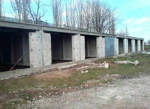 Благодаря экономичности, такие гаражи очень популярны в массовой застройке