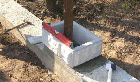 Блоки забора бетонные – укладка