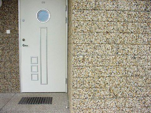 Фасадная плитка из мытого бетона