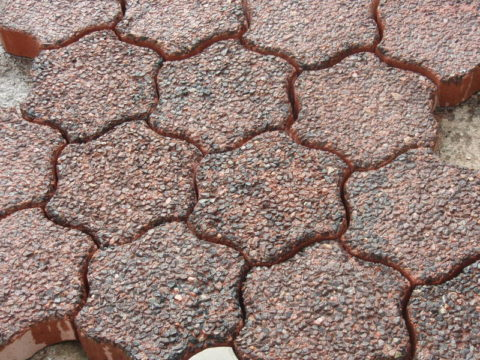 Фигурная плитка из мытого цветного бетона