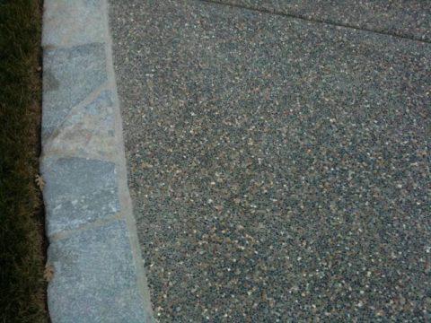 Фрагмент дорожки из мытого бетона