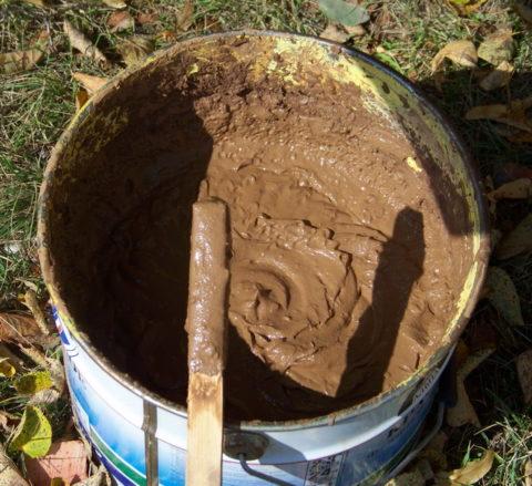 Глиняный раствор, приготовленный в бетономешалке