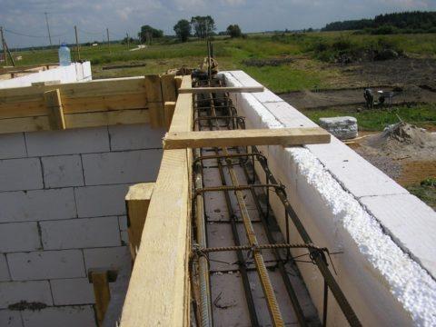 Монолитный армирующий пояс для потолочного перекрытия
