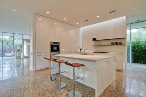 Мозаичные полы в интерьере кухни