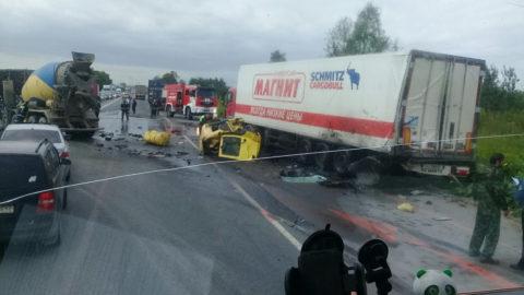На фото видно, как бетоносмеситель въехал в фуру, и его кабину снесло на 10 м, но водитель уцелел