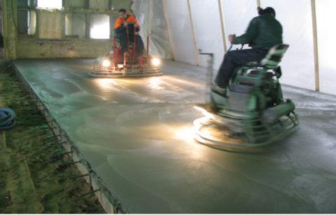 Обработка бетонного пола топпингом