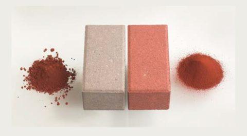 Отличие красителей разных производителей при одинаковом их соотношении в смеси. Слева – пигментный порошок, справа – современный сыпучий краситель.