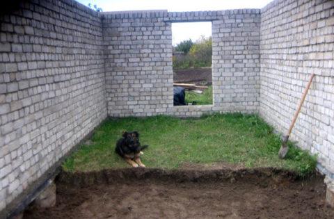 Плодородный слой грунта обычно не глубже размера штыковой лопаты