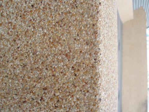 Поверхность стены дома из мытого бетона