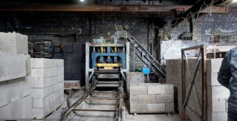 Пример производства, рассчитанного на приличный объем - есть даже электроталь для перемещения материалов и блоков