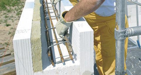 Размещение арматурного каркаса. Вдоль внешней стенки уложен утеплитель