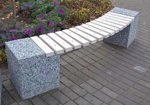 Скамья с элементами из мытого бетона