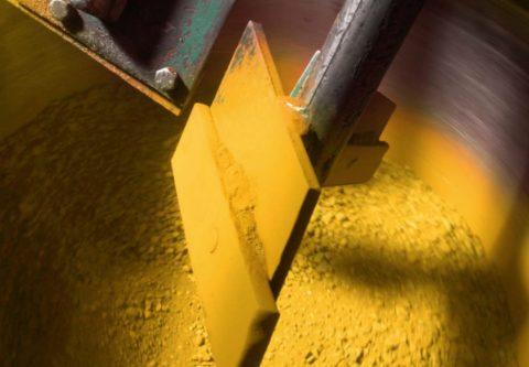 Смешивание компонентов для получения цветного бетона