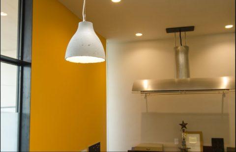 Светильник из бетона в интерьере кухни