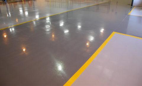 Свежеокрашенная поверхность бетонного пола