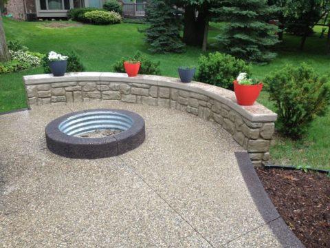 Терраса на загородном участке из мытого бетона