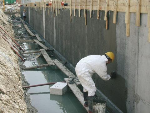 Укрепление вертикальной бетонной поверхности проникающей гидроизоляцией на основе цемента