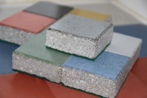 Упрочненные колерованными топпинговыми смесями поверхности