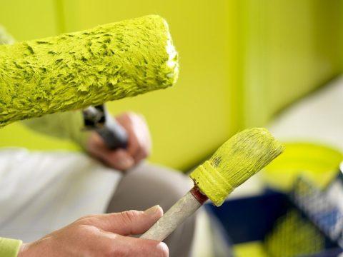 В зависимости от вида краски наносить ее нужно соответствующими инструментами