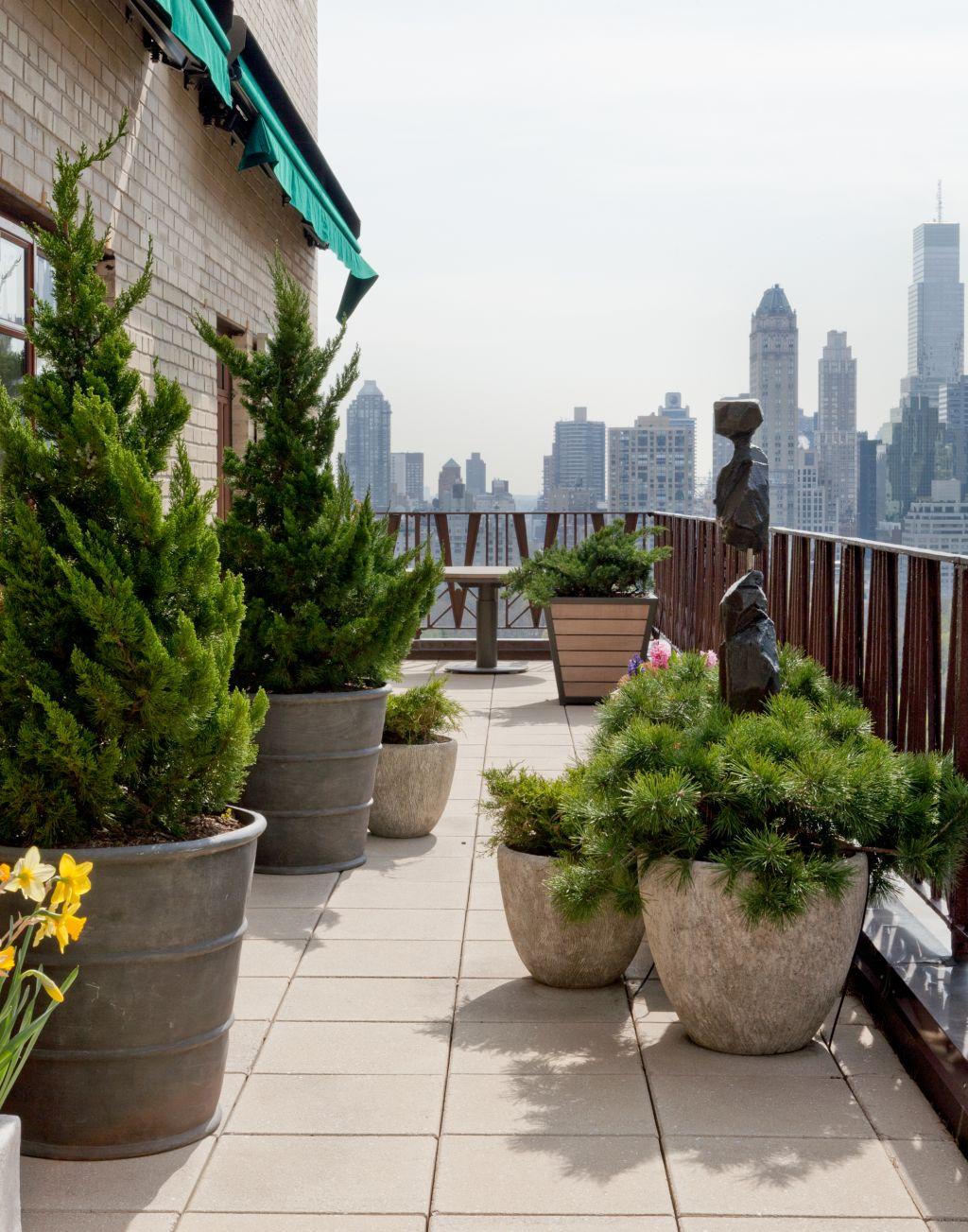 Вазоны из бетона на открытом балконе