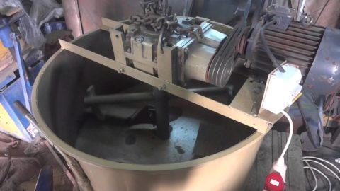 Вертикальная конструкция, где лопасти в движение приводятся с помощью электродвигателя