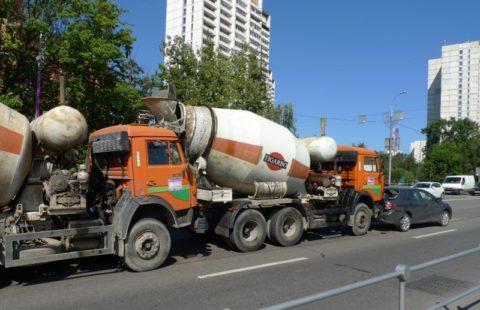 Второй бетоносмеситель не соблюдал дистанцию следования, и не среагировал на опасную ситуацию