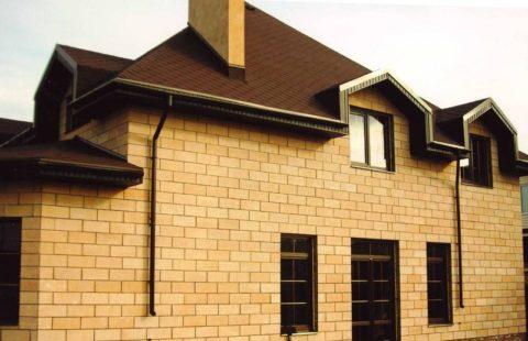 Здание из керамзитобетонных блоков после отделки