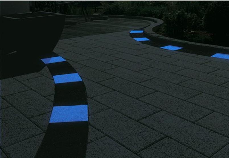 Светящиеся элементы в бетонной дорожке