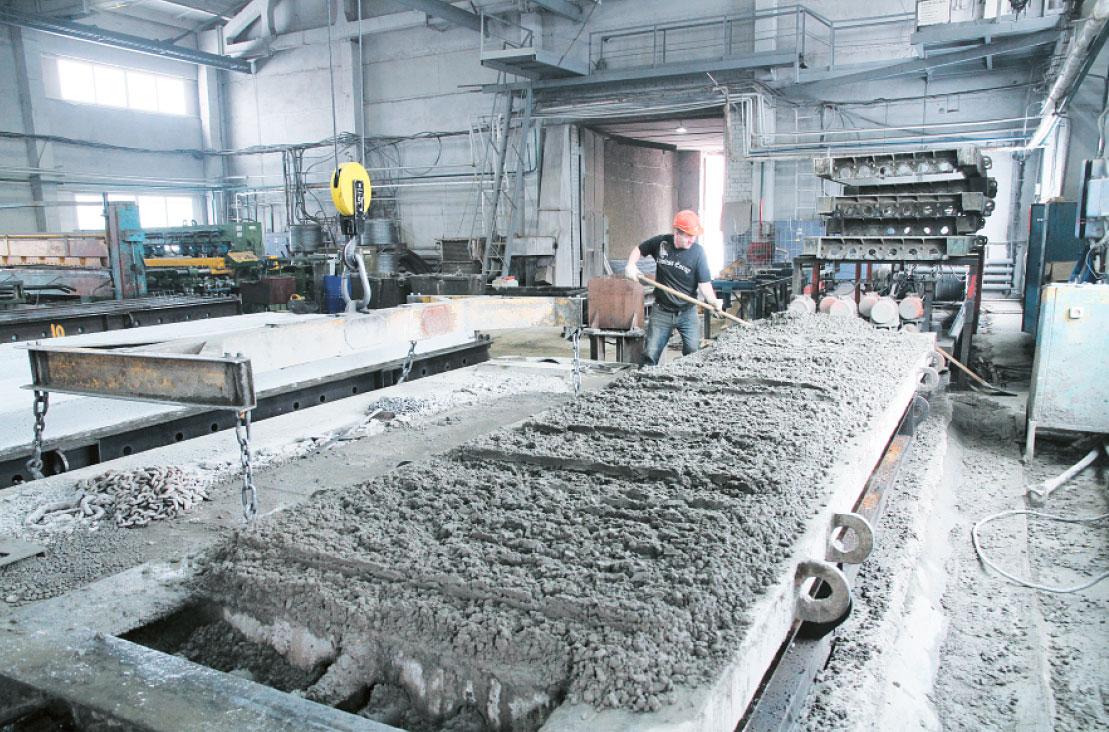 Это вибростол на заводе для формования пустотных плит перекрытия