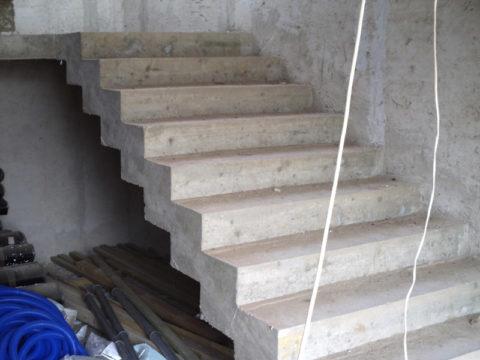 Без отделки бетонная лестница выглядит далеко не привлекательно