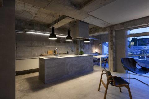 Чистый бетон в интерьере квартиры-студии