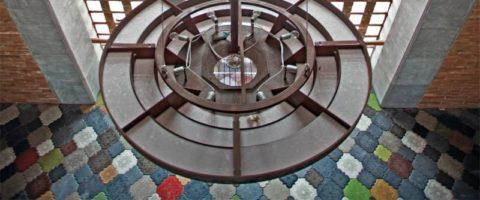 Декоративная плитка из цветного бетона, полученного при окраске смеси порошковым красителем