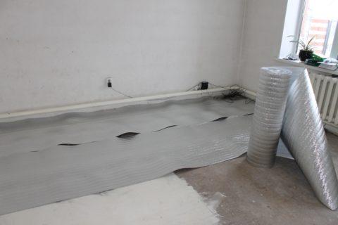 Для бетонного пола в квартире в качестве теплоизоляции подойдет и пенофол