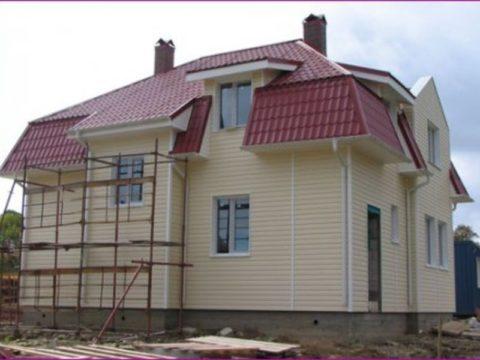 Дом из газобетона, обшитый сайдингом