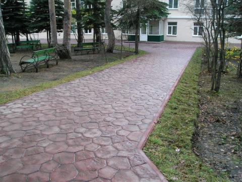 Дорожка из цветного бетона в парковой зоне