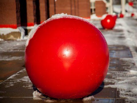 Красный бетонный шар