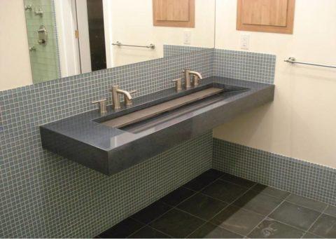 Крепление бетонной раковины в ванной при помощи арматуры, заведенной в стены
