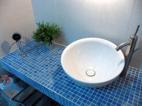 Мозаичная плитка для облицовки бетонной столешницы под раковину