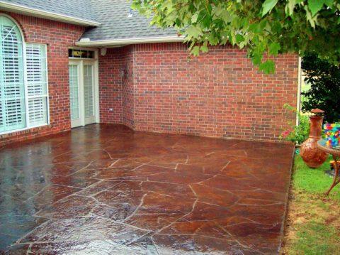 На фото – терраса у дома из цветного бетона