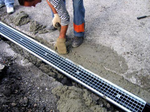 На фото этап монтажа лотков для отвода воды