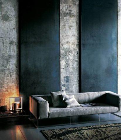 Накладные декоративные панели, контрастирующие с бетонной фактурой стен в гостиной