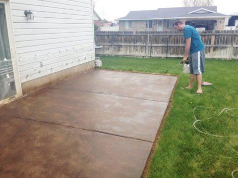 Нанесение кислотного красителя на бетонную поверхность