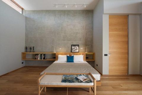 Натуральная древесина в спальне с бетонной стеной