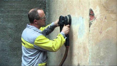 Очищение бетонной поверхности при помощи шлифовальной машинки