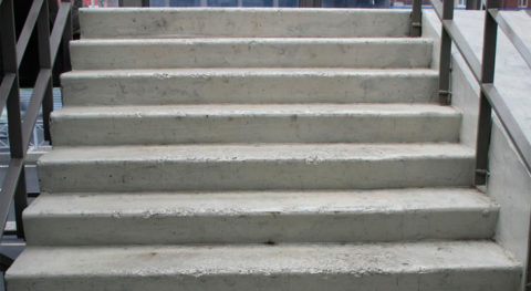 Перед укладкой плитки, дефекты бетонного покрытия следует устранить