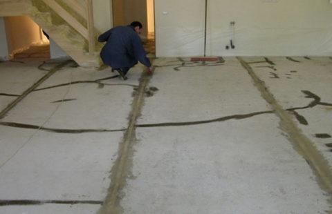 Перед заливкой основание необходимо отремонтировать и очистить