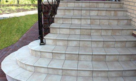 Плитка – отличный вариант отделки бетонных ступеней