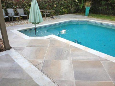 Площадка у бассейна из декоративного бетона