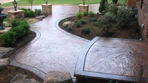 Придание бетонной дорожке у дома фактуры натурального камня при помощи окрашивания