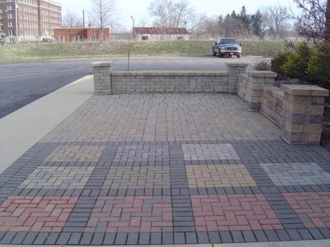 Разноцветная декоративная плитка из бетонной смеси, окрашенной порошковым красителем